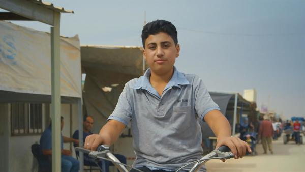 Der junge Syrer Ahmed lebt in einem riesigen Flüchtlingslager im Norden Jordaniens. Er ist stolz auf sein Fahrrad, nur wenige hier besitzen eins. Um das Lager einmal zu durchqueren, wäre Ahmed eine Stunde mit seinem Fahrrad unterwegs. | Rechte: ZDF/Stefania Buonajuti
