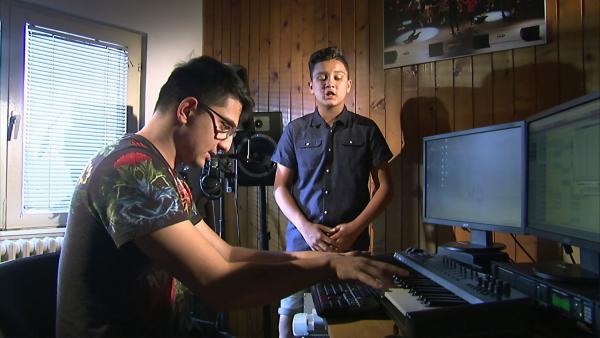Gabriel arbeitet mit seinem Rapplehrer im Jugendzentrum an einem neuen Song. Sein Lieblingssong handelt über die Vorurteile der Serben gegenüber Roma und dass er selbst stolz ist, ein Roma zu sein. | Rechte: ZDF/Dimitric Sima