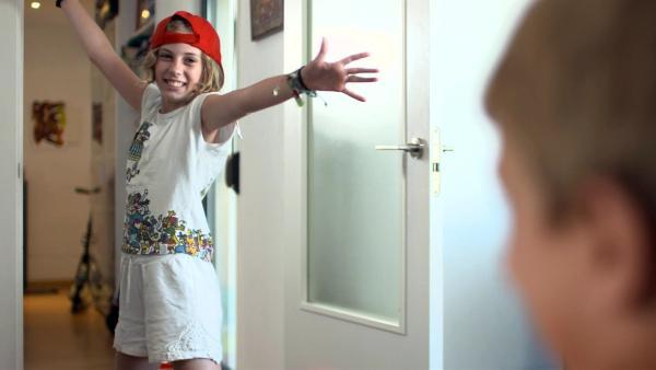Rita spielt ihrem kleinen Bruder zuhause einige Sketche in unterschiedlichen Kostümen vor. Sie will testen, was wirklich witzig ankommt.  | Rechte: ZDF/Ilde Urban
