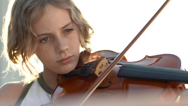 Rita möchte zwar Clown werden, aber sie übt auch fleißig auf ihrer Geige. Denn es ist ein Vorteil, wenn sie als Clown auch ein Instrument beherrscht, welches sie mit einsetzen kann. | Rechte: ZDF/Ilde Urban