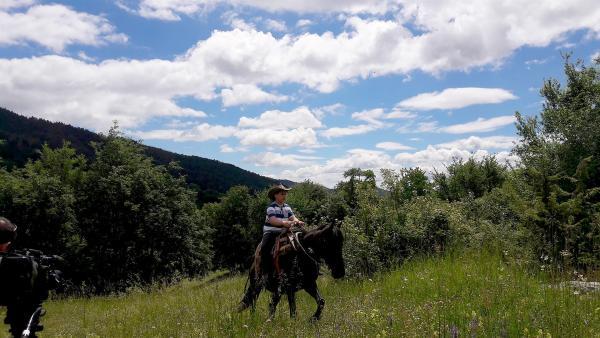 Dimitars Vater ist Bauer und hat Rinder. Dimitar hilft oft beim Versorgen und Hüten der Tiere, die frei in den Bergen herumlaufen. | Rechte: ZDF/Konstantin Dimitrov