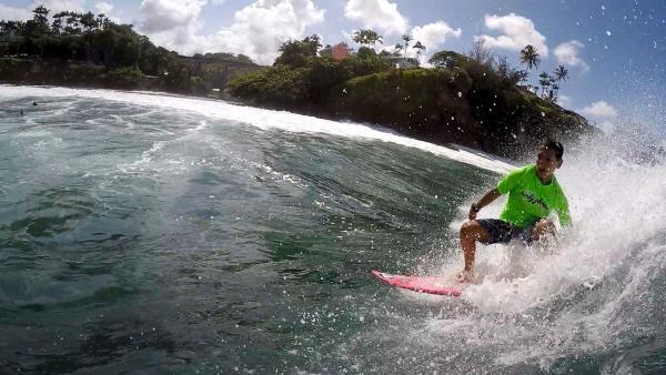 Diesel ist 12 Jahre alt und leidenschaftlicher Surfer. Er trainiert fast täglich am Honolii Beach auf Big Island, Hawaii.   | Rechte: ZDF/Klaus Tümmler