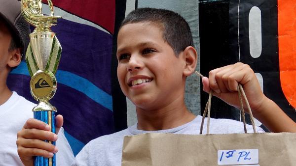 Diesel (12 Jahre) gewinnt den Surfwettbewerb am Honolii Beach auf Big Island, Hawaii. | Rechte: ZDF/Klaus Tümmler