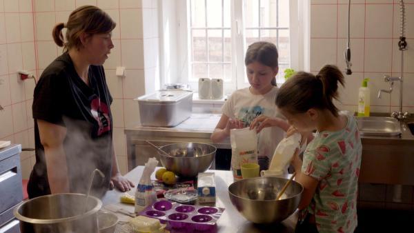 Rozarka hilft nicht nur in der Küche des veganen Restaurants, welches von obdachlosen Frauen betrieben wird. Sie lernt dort auch neue vegane Rezepte, was ihr sehr gut gefällt. | Rechte: ZDF/Jan Šípek
