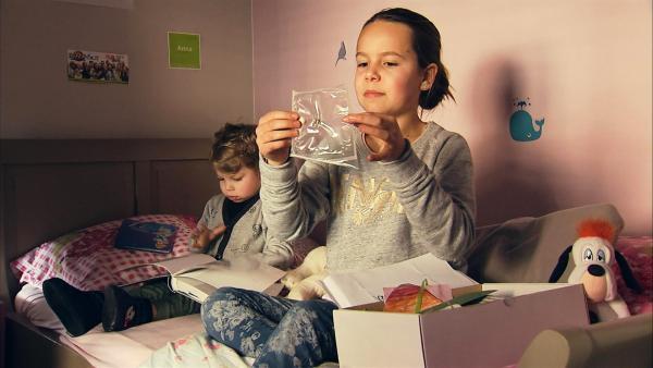 Anna schaut sich die Erinnerungsstücke an den Terroranschlag an. Sie hat eine Erinnerungskiste, mit blutiger Kleidung, den Namenschildern vom Krankenhaus und den Metallstücken, die im Körper waren. Kristiaan Grauwels | Rechte: ZDF/Kristiaan Grauwels