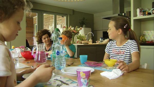 Anna frühstückt mit ihrer Familie. Alle sind wieder fröhlich und gut gelaunt, trotz ihrer schrecklichen Erlebnisse vor einem Jahr. | Rechte: ZDF/Kristiaan Grauwels