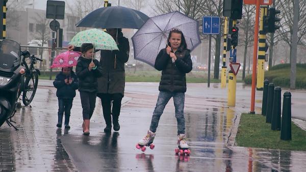 Anna fährt im Regen Inliner. Mittlerweile denkt sie nicht mehr täglich daran, Opfer eines Terroranschlags gewesen zu sein. Sie will wieder ein fröhliches Kind sein, wie zuvor. | Rechte: ZDF/Kristiaan Grauwels