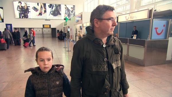 Anna kehrt mit ihrem Vater zum Ort des Terroranschlags zurück. Sie gehen über den Flughafen in Brüssel und auch an die Unglücksstelle. Anna hat Angst, aber sie will sich mit den Erinnerungen konfrontieren. | Rechte: ZDF/Kristiaan Grauwels