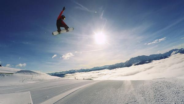 Jonas ist Favorit bei den Schweizer Snowboardmeisterschaften. Er möchte unbedingt den ersten Platz machen und trainiert deshalb besonders hart einen sehr schwierigen Trick, den Crippler. | Rechte: ZDF/Ilona Stämpfli