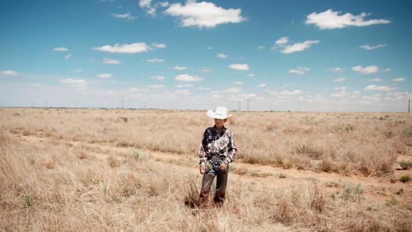 Crowley will in die Fußstapfen seines großen Bruders treten und Rodeo reiten. Dafür muss er hart trainieren und arbeiten, um für die Startgebühren aufzukommen. | Rechte: ZDF/Tom Bergmann