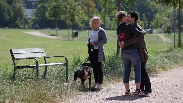 Jane steht mutig und selbstbewusst hinter der Liebe ihrer Mutter. Aber wenn die beiden Frauen sich in der Öffentlichkeit küssen, ist es ihr doch unangenehm. | Rechte: ZDF/Florian Lippke