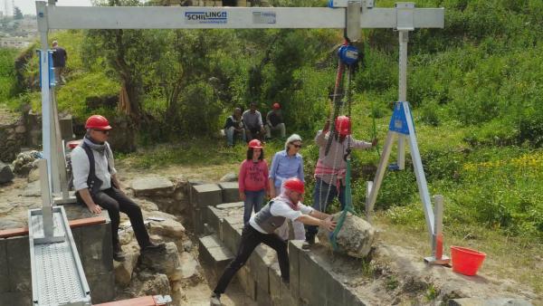 Kindah besucht die Ausgrabungsstätte der deutschen Archäologen und hofft, selbst mit ausgraben zu dürfen.   Rechte: ZDF/Claudia Garrido
