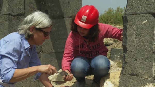 Kindahs großer Tag. Gemeinsam mit der deutschen Archäologin darf sie selbst an einer Ausgrabung teilnehmen.   Rechte: ZDF/Claudia Garrido