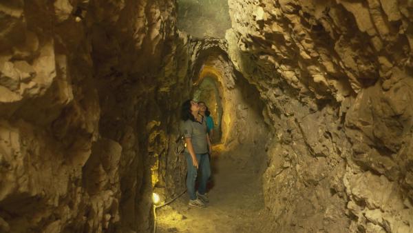 Kindah und ihre Schwester besichtigen eine Höhle, die historisch von großer Bedeutung ist, denn sie zeigt die alten römischen Wasserleitungen. Kindah weiß, wie wichtig die Geschichte ist und möchte es ihrer kleinen Schwester vermitteln.   Rechte: ZDF/Claudia Garrido