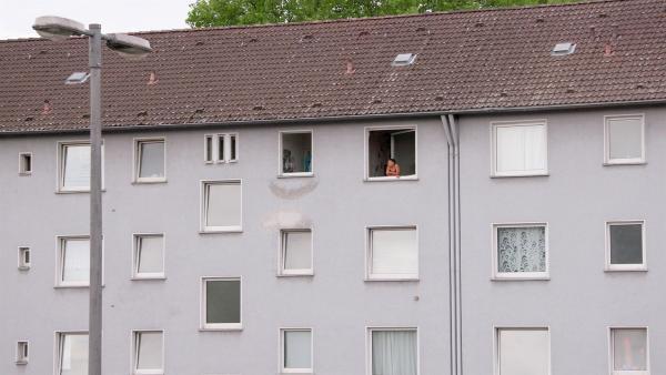 Yahel wohnt direkt neben der Autobahn. Sie will weg hier. Eine ruhige Wohnung auf dem Land wäre ein Traum. | Rechte: ZDF/Florian Lippke