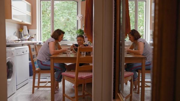 Yahel und ihre Mutter wohnen sehr beengt. Die neue Wohnung auf dem Land soll größer sein. | Rechte: ZDF/Florian Lippke