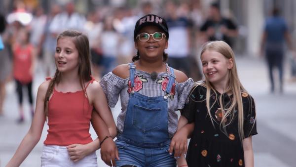 Yahel genießt das Stadtleben mit ihren Freundinnen. Dennoch will sie aufs Land ziehen. Heute sagt sie es ihren Freundinnen. | Rechte: ZDF/Florian Lippke