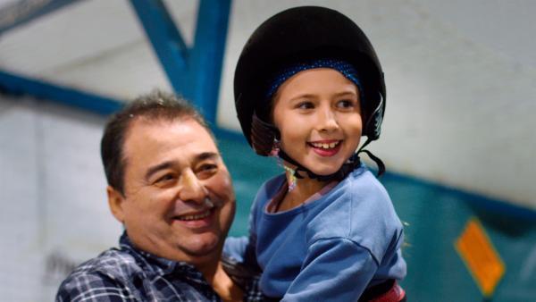Annas Vater ist immer an ihrer Seite, beim Training und bei der Präsentation der Menschenpyramide. Anna ist voller Vorfreude, denn so hoch wie sie diesmal klettern soll, war sie noch nie. | Rechte: ZDF/Benet Roman