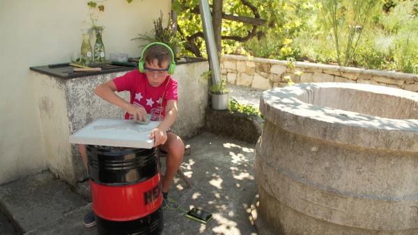 Svit arbeitet täglich an seiner Fledermaus, die er in Stein meißeln will. Seine größte Sorge: der Stein darf nicht brechen. | Rechte: ZDF/SAŠO GRMEK
