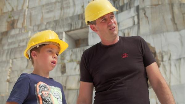 Svit sucht im Steinbruch einen passenden Stein für sein Vorhaben. Die Qualität des Steins ist sehr wichtig, wenn er bricht, wäre alle Arbeit vergebens. | Rechte: ZDF/SAŠO GRMEK