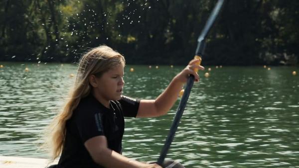 Sofija, neun Jahre alt, beim Kajaktraining. Sie hat schon einige Preise gewonnen und bereitet sich gerade auf einen wichtigen Wettkampf vor. Da wird sie mit einer Freundin im Zweier Kajak starten. | Rechte: ZDF/Gojko Despotovic