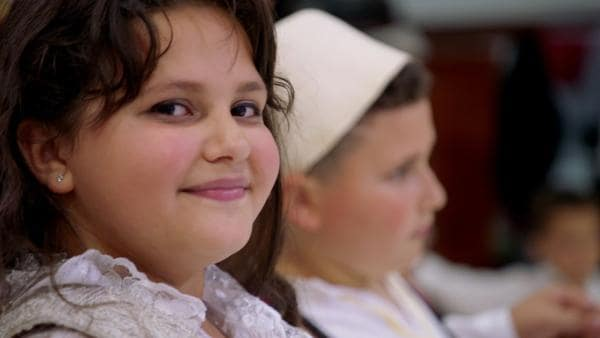 Fetije freut sich, dass sie auf der Hochzeit ihres Cousins in Albanien tanzen darf. | Rechte: ZDF/Sven Vleugels
