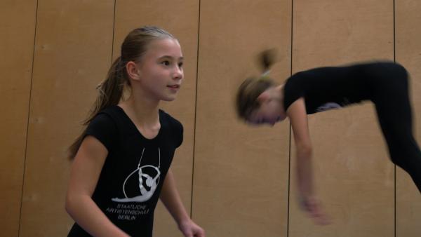 Eleanor hat den ersehnten Platz auf der staatlichen Artistenschule und trainiert sehr hart. | Rechte: ZDF/Klaus Tümmler
