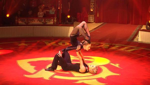 Ein großer Traum wird wahr. Eleanor darf mit Profi-Artistin Quincy in der Manege des Zirkus Roncalli auftreten. | Rechte: ZDF/Klaus Tümmler