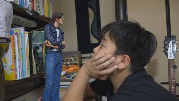 John Lennon ist Ayatos großes Vorbild. Eine Band wie die Beatles sein Traum! | Rechte: ZDF/Shinsuke Noguchi
