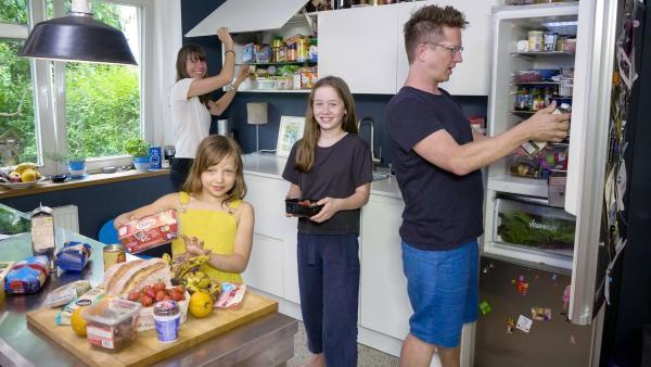 Zuerst fängt Ada bei sich und ihrer eigenen Familie an, sie suchen in der Küche nach abgelaufenen Lebensmitteln. | Rechte: ZDF/Florian Lippke