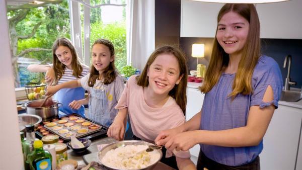 Mit ihren Freundinnen entwickelt Ada Rezepte, um mit älteren Lebensmittel noch etwas Leckeres zuzubereiten. | Rechte: ZDF/Florian Lippke