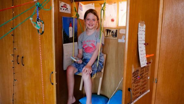 Yannis hat sich ein Schrankzimmer gebaut. Dahin zieht sich der Autist zurück, wenn ihm die Welt zu viel wird. | Rechte: ZDF/Florian Lippke