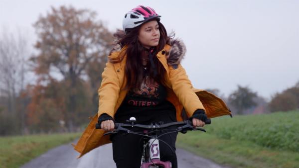 Michelle genießt es, ganz alleine mit dem Fahrrad unterwegs zu sein. In ihrem alten Zuhause, in Honduras, war das nicht möglich. | Rechte: ZDF/Mathias Fiene
