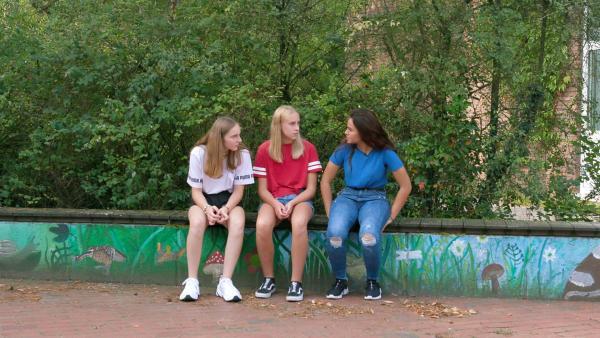 Michelle lernt an ihrem ersten Schultag neue Freundinnen kennen. | Rechte: ZDF/Mathias Fiene