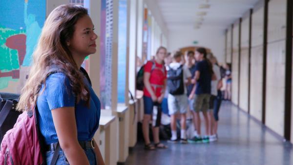 Michelle wartet auf ihre neue Klasse. Noch kennt sie niemanden an der neuen Schule. | Rechte: ZDF/Mathias Fiene