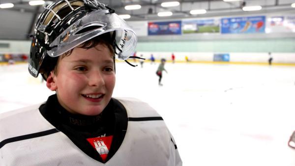Leo ist Torhüter in einer Eishockeymannschaft. | Rechte: ZDF/Sami Karim