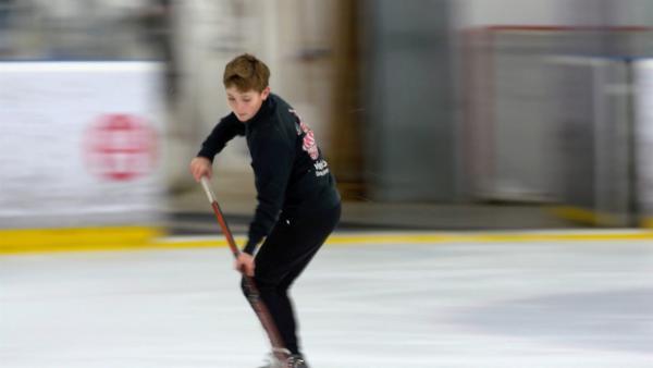 Auf dem Eis fühlt sich Leo gut, für sein Team setzt er sich voll ein. | Rechte: ZDF/Sami Karim