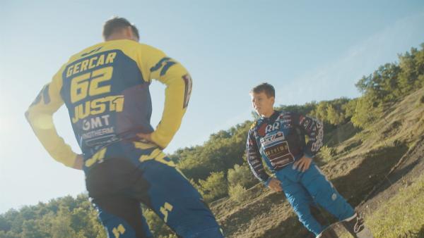 Der 12jährige Jaka aus Slowenien ist leidenschaftlicher Motocross-Fahrer. Jetzt möchte er sich für die Europameisterschaften in Tschechien qualifizieren. Sein Trainer gibt ihm Tipps, wie er den aktuellen Parcours am besten angeht. | Rechte: ZDF/SAŠA GRMEK