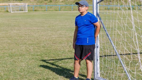 Kiril liebt Fußball und steht bei seiner Mannschaft im Tor. Noch lieber kommentiert er die Spiele seiner Mannschaft und analysiert die Spielzüge genau. Das möchte er unbedingt einmal im Stadion machen. | Rechte: ZDF/Kamen Kolev