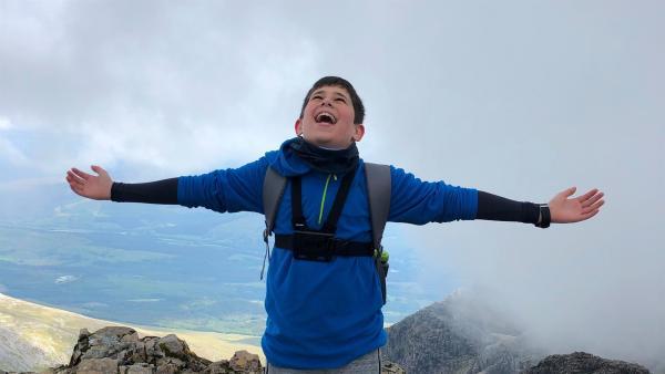 Lachlan hat es geschafft. Als letzten der Schottischen Berge hat er den Ben Nevis erklettert. Er ist stolz, dass er sein Projekt durchgezogen hat. | Rechte: ZDF/Alasdair R MacLean