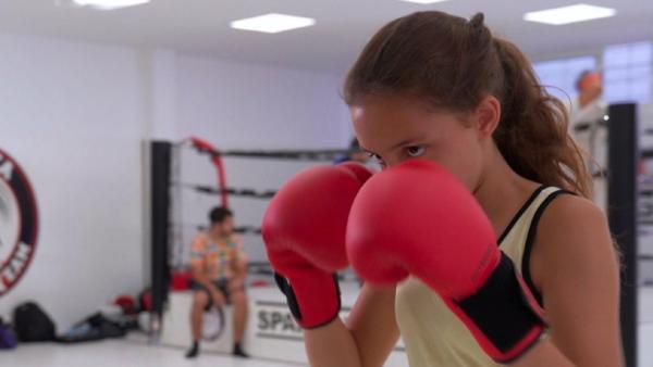 Alexandra trainiert hart. Von Woche zu Woche wird sie besser und ist auch schon ein bisschen selbstbewusster geworden. Schon bald will sie ihre erste Prüfung im Kickboxen machen. | Rechte: ZDF/Jordi Llopart/Dani Solé/Marc Forch