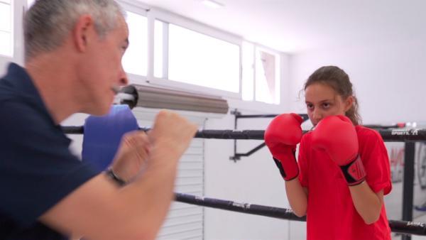 Alexandra will Kickboxen lernen. Sie hofft dadurch mutiger und selbstbewusster zu werden. Sie lebt in Sans, einem Stadtteil von Barcelona, und hat oft Angst, wenn sie alleine unterwegs ist. Das soll sich ändern. | Rechte: ZDF/Jordi Llopart/Dani Solé/Marc Forch