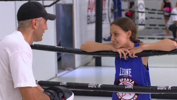César ist ein Freund von Alexandras Vater. Er war fünf Mal Weltmeister im Kickboxen. In seinem Studio nimmt er Alexandra unter seine Fittiche, um ihr diesen Sport beizubringen. | Rechte: ZDF/Jordi Llopart/Dani Solé/Marc Forch