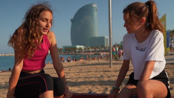 Zweimal im Monat trifft sich Alexandra mit ihrer Freundin Berta am Strand von Barcelona zum Rollerskaten. Früher waren sie auf der selben Schule. Wenn sie eine kleine Pause machen, haben sie sich immer viel zu erzählen. | Rechte: ZDF/Jordi Llopart/Dani Solé/Marc Forch