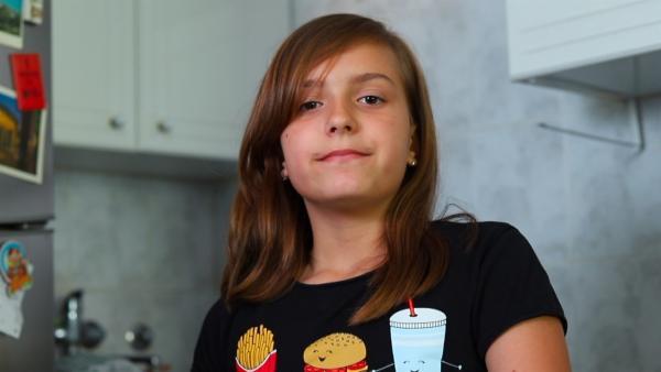 Petra aus Belgrad will einmal Sängerin werden und eine eigene Band haben. Mit ihrem ersten eigenen Song und einem Video soll die Karriere starten. Da sie Milch-Shakes liebt, ist klar, wovon der Song handeln wird! | Rechte: ZDF/Dragomir Bojkovic