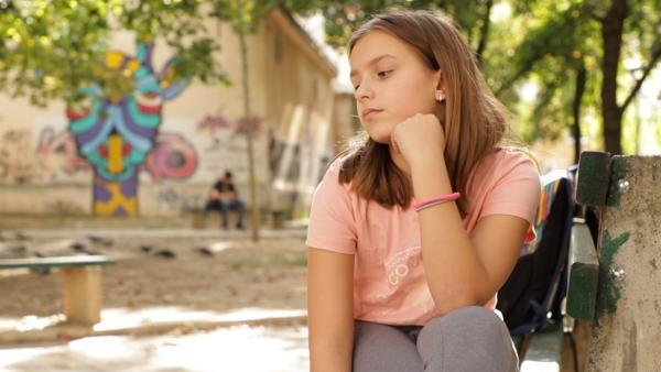 Petra ist traurig und nachdenklich. Ausgerechnet das Video bereitet Probleme. Die Freunde, die sie eingeplant hatte, ziehen nicht mit. | Rechte: ZDF/Dragomir Bojkovic