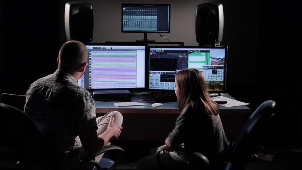 Ein Freund ihres Vaters ist Tontechniker und hilft Petra ihren Song professionell aufzunehmen. | Rechte: ZDF/Dragomir Bojkovic