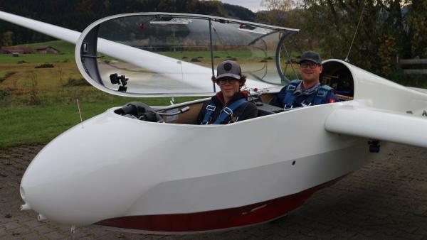 """Gut gelandet! Marius nimmt Flugstunden, um seinen Pilotenschein machen zu dürfen.   Rechte: ZDF/Felix Fleischhauer/Heiko Heltorff"""""""