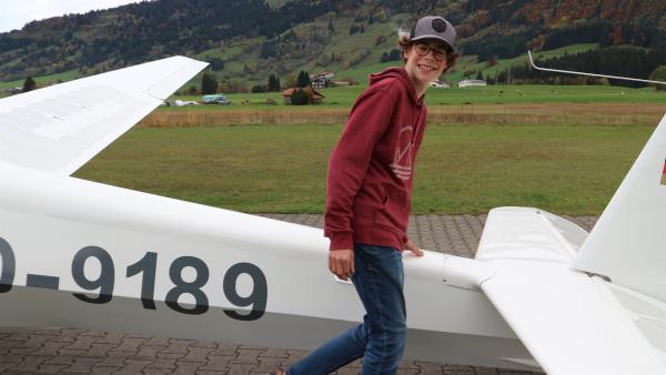 """Als Pilot muss Marius sein Flugzeug genau kennen.   Rechte: ZDF/Felix Fleischhauer/Heiko Heltorff"""""""