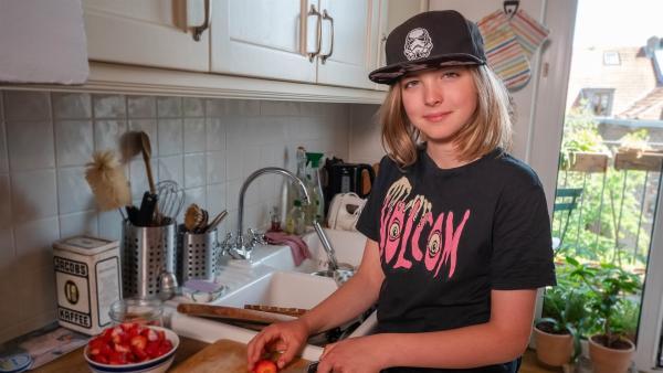 Jakub backt für seinen Freund eine vegane Torte. Er ist sehr gespannt wie sie ihm schmecken wird! | Rechte: ZDF/Florian Lippke